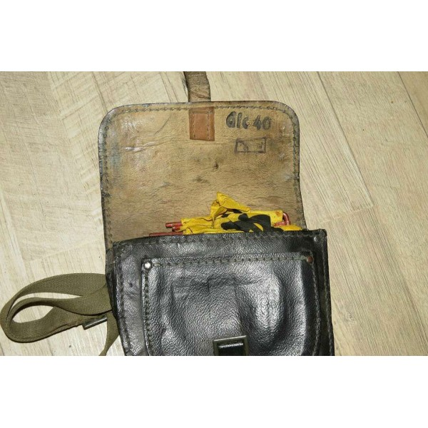 WW2 mines or battle gas warning flags in original carrier holster, dlc 40 -  Grenades & Ammo Related