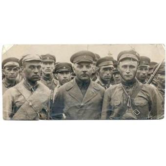 Marshal Voroshilov with the soldiers. Espenlaub militaria