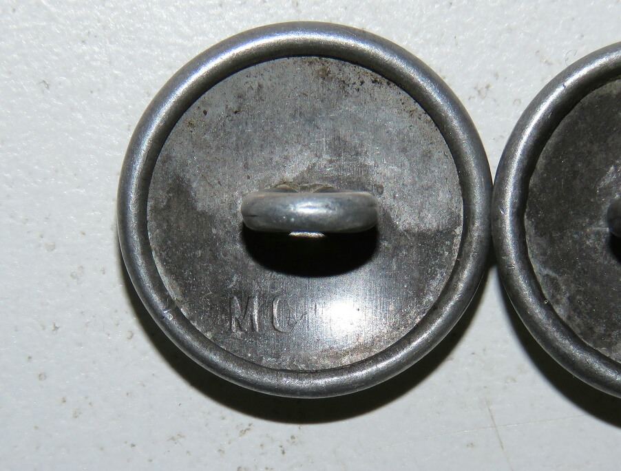 Wehrmacht Heer Shoulder straps button with the company # 10